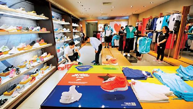 運動用品店常見的球鞋,或皮衣、沙發,都有大恭顏料蹤影!近來因原物料下跌、調漲售價,整體營運績效亮眼。