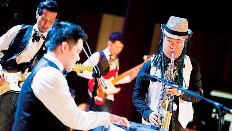 除了演奏爵士樂,這群視障樂手也曾和電影《逆光飛翔》視障鋼琴家黃裕翔(左前)同台表演。