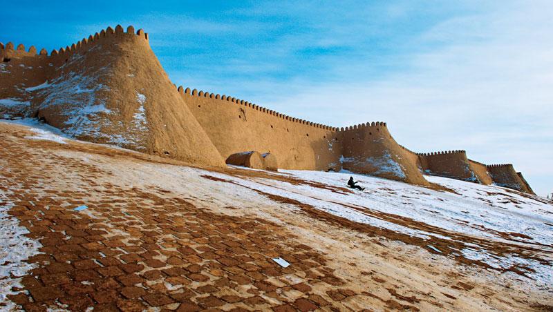 息烏茲別克希瓦內城四面城牆環繞,是古絲路商隊橫越沙漠前往伊朗前最後驛站,而今也是當地小朋友的滑雪場。