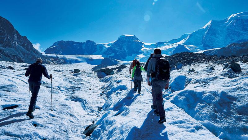 太陽照射著瑞士莫爾特拉奇冰河,冰河健行比想像中要熱上許多,我熱汗直流,忙著跨步跟上嚮導步伐。