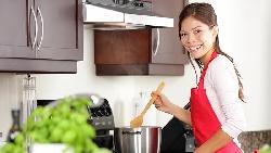 第一次帶女友回家見父母,女友幫忙洗碗又下廚,為什麼讓荷蘭的公婆嚇一跳?