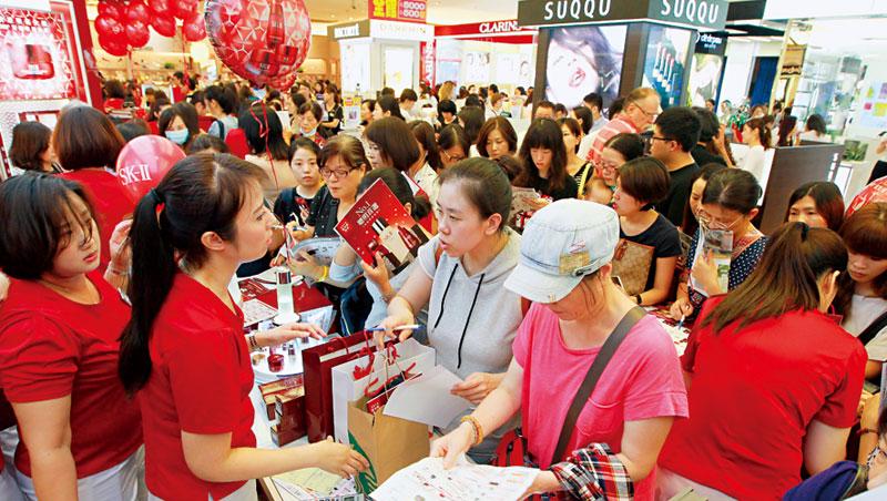 週年慶送贈品已成百貨業必備活動,消費者為滿額贈加碼消費,在1 樓化妝品戰區尤其明顯。
