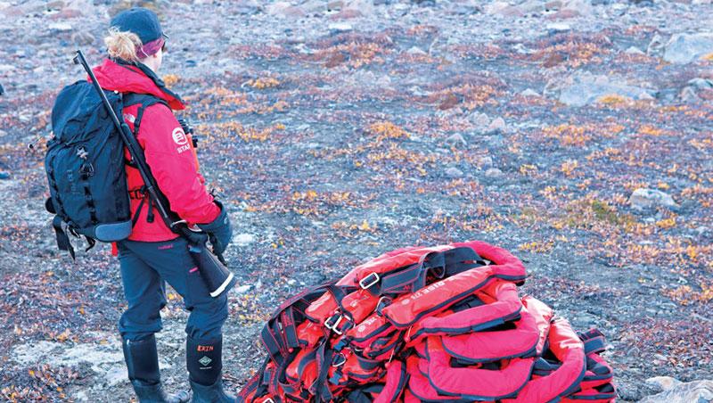 北極熊有凶性,所以,北極的探險導覽者是扛長槍而行。