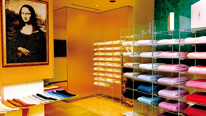 97 年老店藤高,除了製作經典名畫毛巾、60 色特級毛巾,還用世界最細印度棉織成頂級產品「藤高金」,一條要價6,000 元。