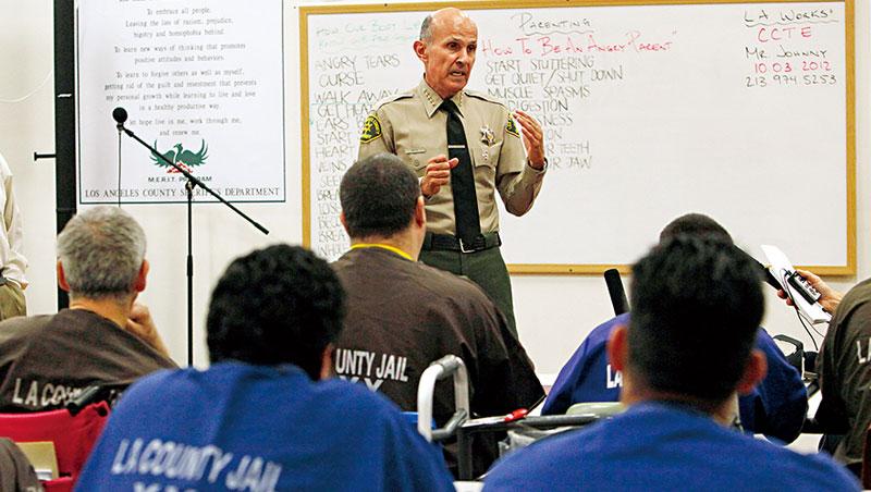 受刑人出獄後求職常碰壁,導致再犯。現在有許多像抗命創投這樣的機構輔助創業,行有餘力再幫助其他獄友。