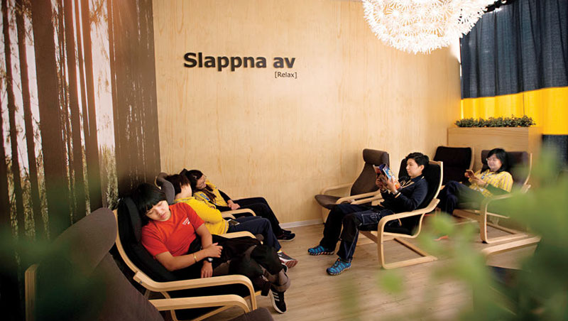 午睡是IKEA 的政策,專屬休息室內光線調暗,還有自家熱賣椅助眠,因為只有員工精神好,才能維持服務品質。