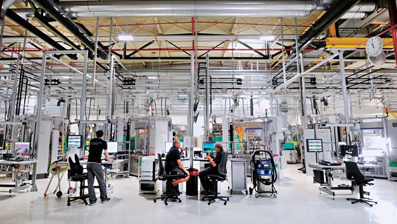 窗明几淨、毫無臭味,僅有少數工程師看著螢幕,喝著保溫瓶裡的咖啡,開始一天的工作,這裡是汽車零組件龍頭博世生產效率最高的工廠。