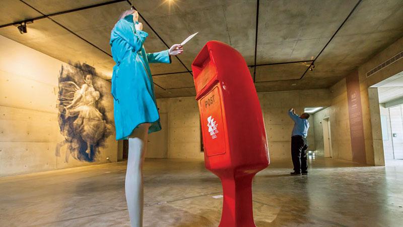 展覽以當代寫實為主,不故弄玄虛,有助緩解多數人看不懂當代藝術的焦慮,以一樓目前典藏展為例,可從中理解藝術家如何透過不同媒材展現人的各種姿態。