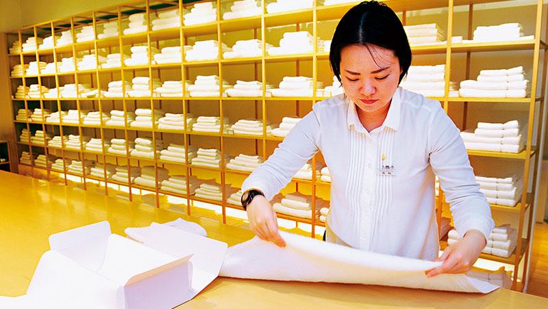 東京直營店裡,所有店員都是品評師,他們不但會分辨毛巾特性,連原料、製程都要掌握,提供客人一對一服務。
