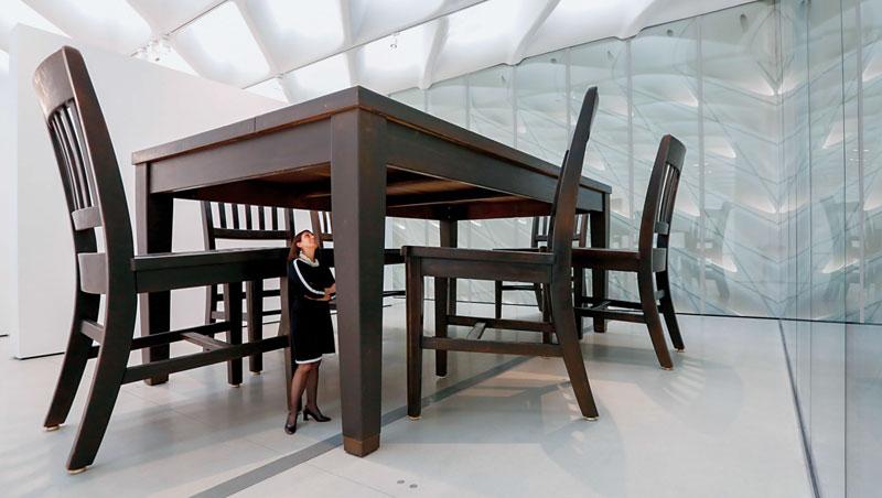 布洛德美術館將蒐藏視為圖書館藏書,常態性外借展出,更計畫性添購藝術品延伸展覽面向。此館達3,730坪,可容納許多大型裝置,如泰里恩(Robert Therrien)這套300公分高的〈Under th