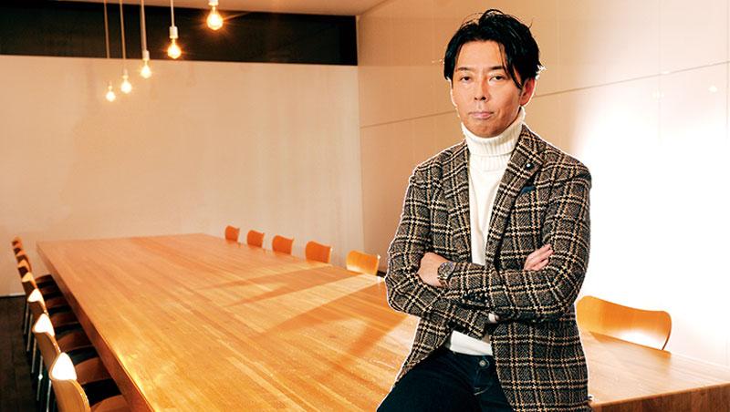 藤可士和是日本各界爭相禮聘的「創意總監」。任何品牌有了他,不只設計上驚奇不斷,更能將品牌背後獨一無二的核心價值,一箭射進消費者的心裡。