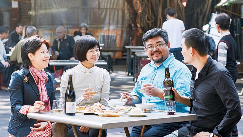 慈聖宮前聚集各式小吃,都能找到葡萄酒好搭檔嗎?為專心實測,專家們於拍照後移師至附近古宅仁安醫院會議室逐一評比。