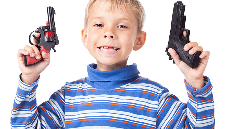 小孩愛拿玩具槍「打打殺殺」會變暴力嗎?父母應該阻止嗎?