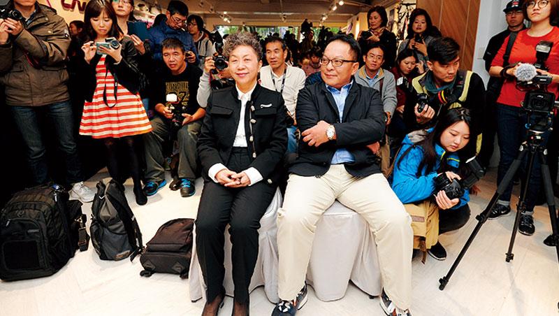 新任董事長杜綉珍(左)、執行長劉湧昌(右)接班後首度與媒體見面,一個穿皮鞋,一個穿球鞋,各自扮演攻與守的領導人角色。