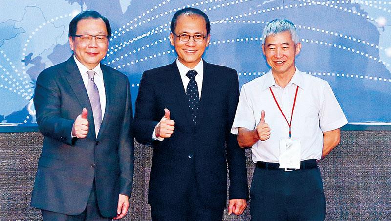 行政院長林全(中)、交通部長賀陳旦(右)7 月才為中華電站台,如今蔡力行(左) 卻突遭撤換。