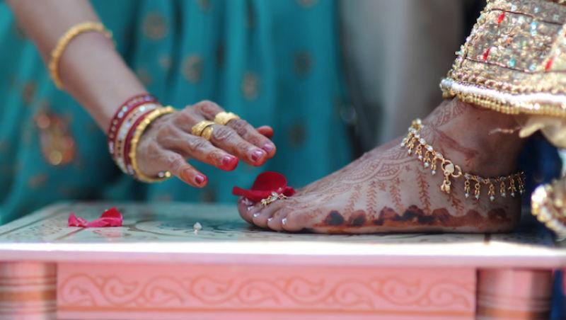 別人握手,為何他們拜訪朋友、參加婚禮都要「摸腳」?一個台灣記者在印度的文化觀察