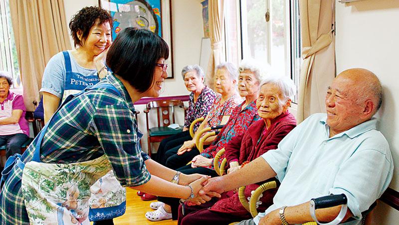 「打造長輩第2 個家」是愚人之友的初衷,這裡的照服員有十多年經驗,長者對他們的依賴和情感甚至已經超越真正的親人