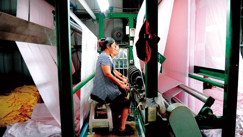 台灣毛巾業全盛期有200 多家業者,目前剩80 多家,年產值也僅頂峰的22%。