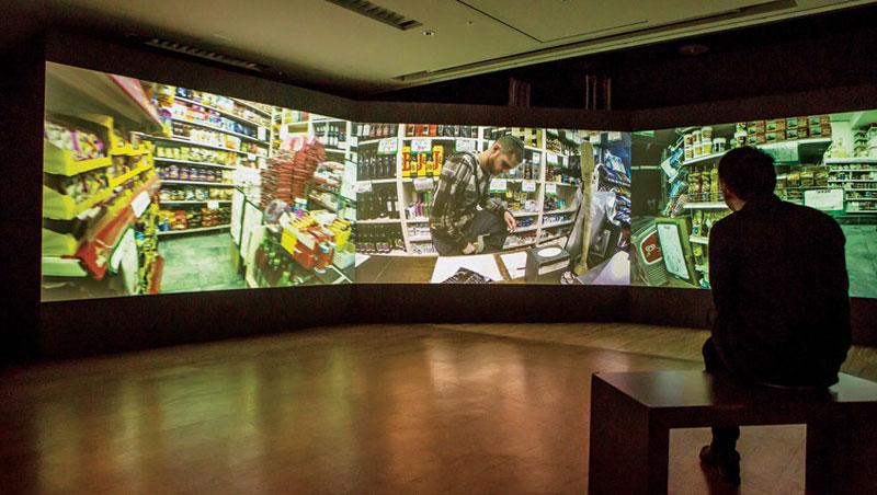 阿索爾(Nadav Assor)〈剝露:穆撒拉拉〉,負地平線:2016台灣國際錄像藝術雙年展。