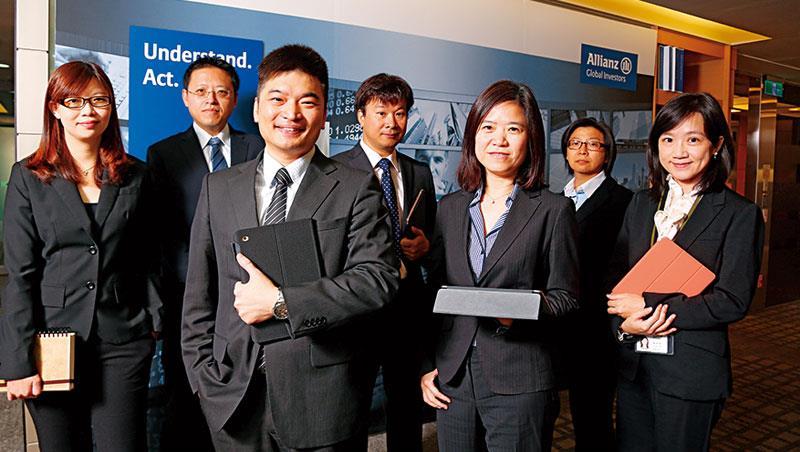 廖哲宏(前排左)敢挑戰市場黑天鵝,近3 年績效都贏大盤。