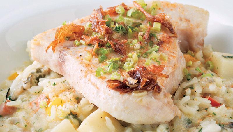 是燉飯?還是漁民飯湯? 「煎烤旗魚肚、綠竹筍、牡蠣燉飯」不單是吃風味,更是故鄉滋味。