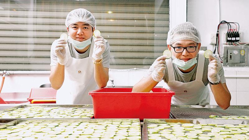 紀智倰(左起)、吳元彰最初連水果產量、烘烤溫度都無法掌握,現已成果乾達人。