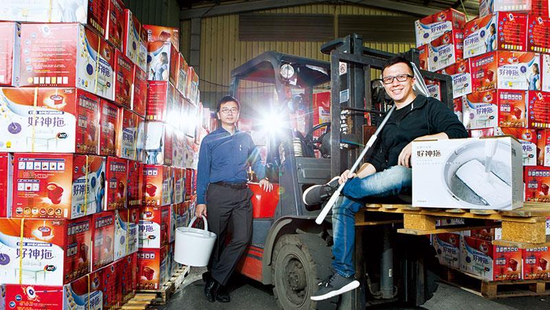 比起身後的舊款拖把,陳奕璋(右)手上的白色好神拖,從產品、包裝到行銷全數翻新,連文青都愛,3星期2千組銷售一空。