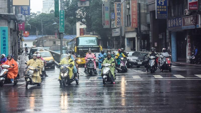 厚外套登場、雨具別忘!北部東部下雨時間長,一張圖告訴你冷空氣影響多久