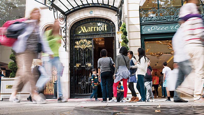 恐攻與Airbnb相繼威脅巴黎觀光業,即使高檔的萬豪酒店也得轉型,推出更彈性的計價方式搶客。