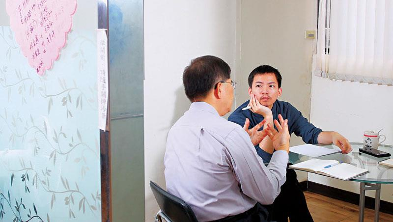 懂科技、熟業務,引導客戶說出最急迫的需求,跨領域能耐,使他變五都搶手貨。