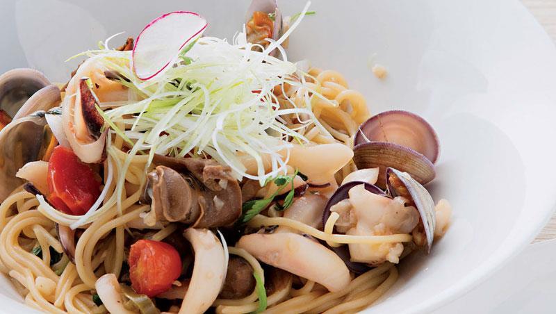靈感來自酒家菜 「向煙花女致敬的螺肉蒜義大利麵」看似西方料理,但大量蔥蒜絲展現台菜特色,相當有趣。