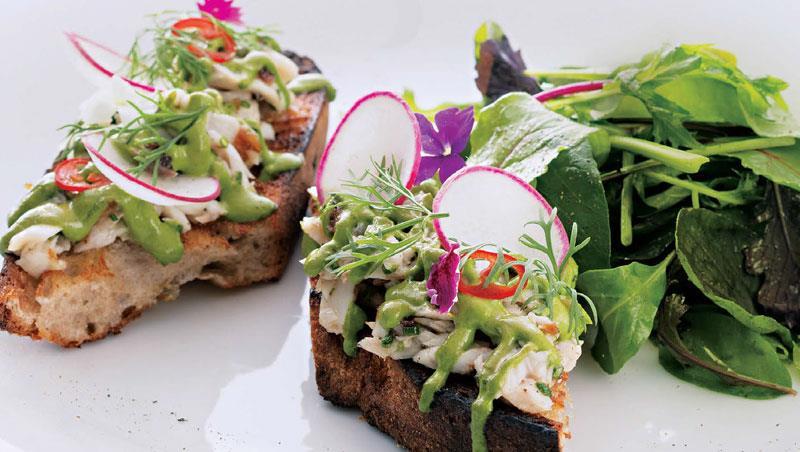虱目魚藏在油亮碧綠的蒔蘿法式鮮奶油裡,「煙燻虱目魚吐司佐蒔蘿法式鮮奶油」像是把花園搬上餐桌一般色彩繽紛。