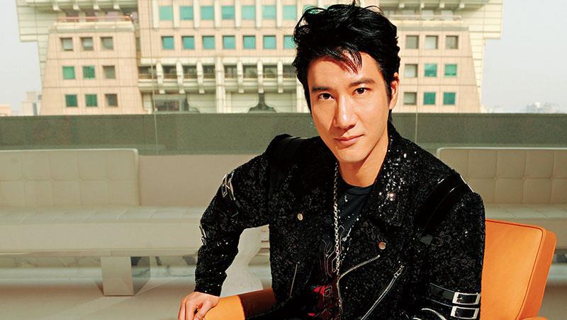 他是王力宏,今年四十一歲、出道二十二年的他,深耕中國市場,不僅是首位登上北京鳥巢體育館開個人演唱會的華語歌手,微博粉絲人數超過五千萬人,是台灣歌手之最。