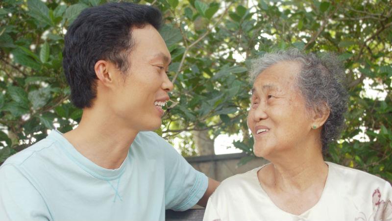義氣算什麼?經歷人生摧殘,中年大叔感慨:年過40才會懂,回家陪媽媽最重要