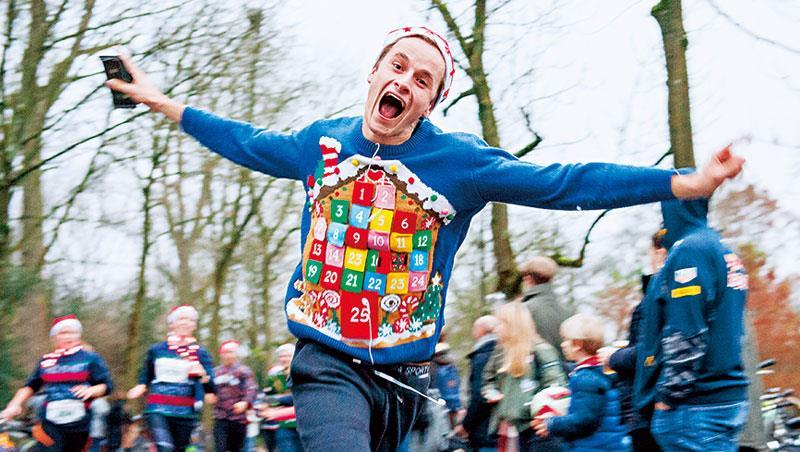 耶誕醜毛衣成了年輕人參加惡搞派對的基本配備,越是淪為笑料,代表越受歡迎。