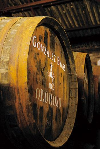值得玩味是,威士忌界用以陳年的「雪莉桶」,主要指的是使用西班牙紅橡木製成的雪莉酒桶。但事實上,自古以來,出乎風味考量與各種歷史因素,真正西班牙雪莉酒採用的都是美國白橡木、從不取在地紅橡木製桶。而以紅橡