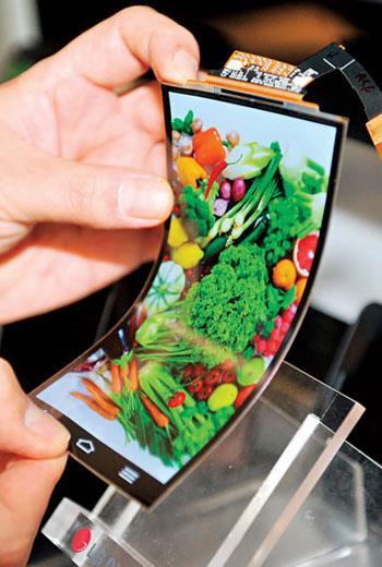未來手機面板若要更輕薄、甚至彎曲,得靠Tokki 一台售價數十億元的設備才能辦到。