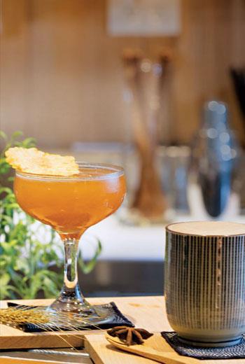 調酒好台 加進台灣元素的調酒,右邊的「山嵐」加了李子酒與鐵觀音,左邊的「福爾摩莎」則有小米酒與鳳梨乾,視覺也相當吸睛。