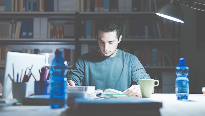 青少年愛熬夜是正常的!週末睡到隔天中午,不是怠惰,而是在「調時差」