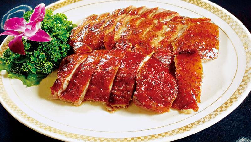阿彰的手藝自有行家賞識,進入台南担仔麵台中店任主廚,不敢掉以輕心的他,連招牌菜龍江脆皮雞的監製,也絲毫不敢馬虎。