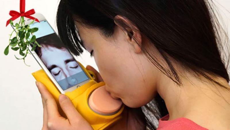 和戀人通話,只有視訊不過癮?幫手機戴上這個裝置,彼此就能感覺到親吻的力道!