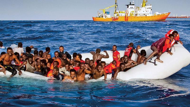 人蛇集團仗著歐盟會出船相救,往往一離岸,船就故障拋錨,最慘,曾有載500多人的難民船就此沉入大海。