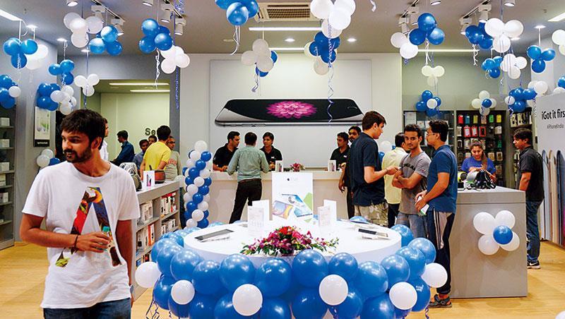 蘋果看準印度中產階級,正嘗試以iPhone 在地組裝換取開設直營店許可,其代工廠鴻海也傳出可能於當地製造iPhone。