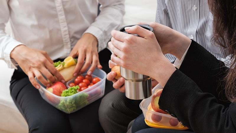 在辦公室吃麻辣臭豆腐、微波食物溢出來...不想被同事討厭,你該知道的6個職場飲食地雷