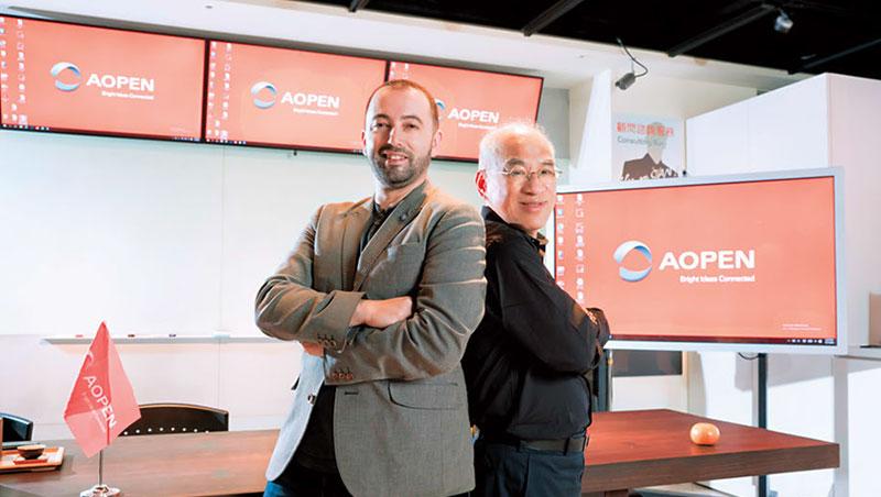 建碁董事長蔡溫喜(右)從澳洲找來品牌策略大將伯格(左),幫助建碁做品牌轉型。