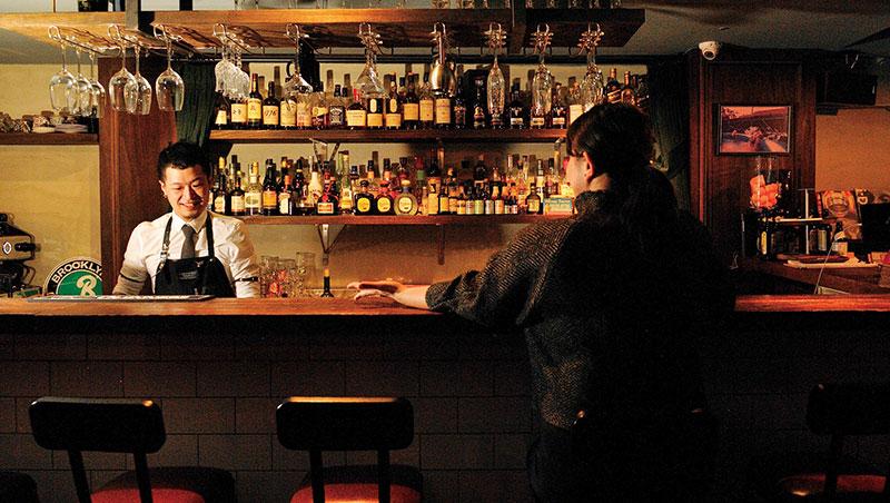 一個人坐吧台,請把味蕾、聽覺和眼睛打開,夜晚的實境秀,隨時直播!圖為寓(INN Bar)。