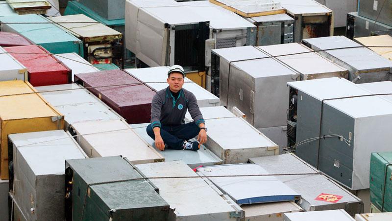 曾任麥肯錫分析師的林雍偉,脫下西裝改穿球鞋,在工廠裡爬上爬下。惠嘉電拆解廢冰箱能力,也讓中國企業看上合作。