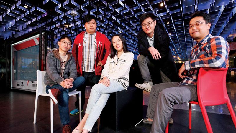 這是台灣媒體首次邀新一代遊戲開發者齊聚一堂的合照。迥異於傳統老闆穿西裝,他們穿格子襯衫與連帽外套,十足「電玩宅男」風格。
