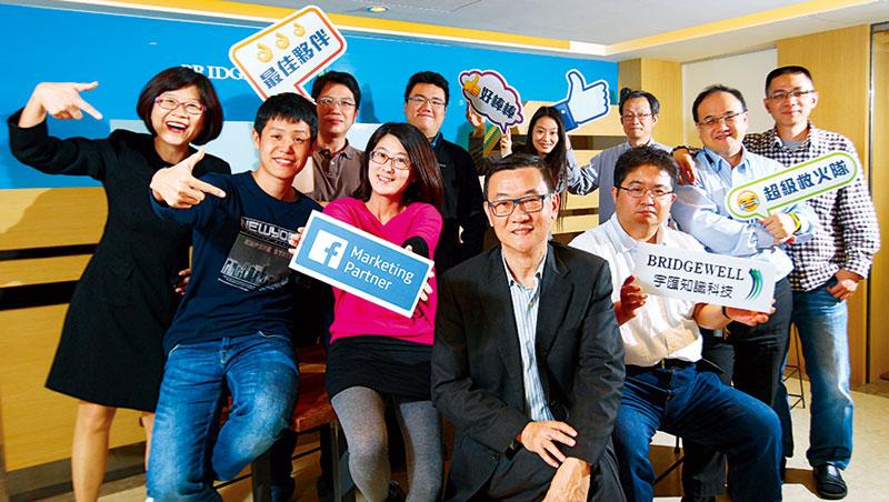 宇匯連虧15 年,周培林(圖中)也不放棄,認為台灣公司一定能做出世界級技術。