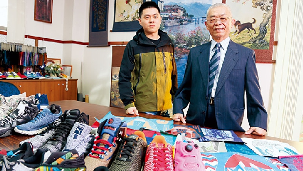 林中舜(右)父子背後的「畫作」,全是以大提花機織成的織畫,其技術與前方Nike、Adidas等提花鞋面異曲同工。